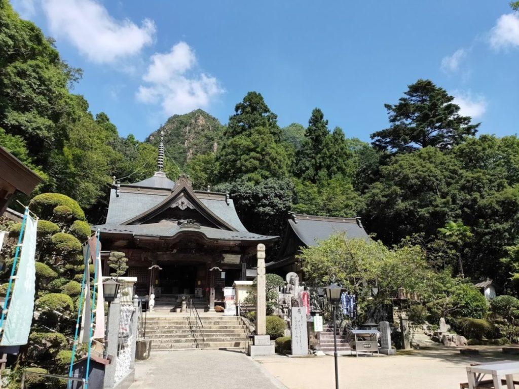 88番大窪寺の本堂と山