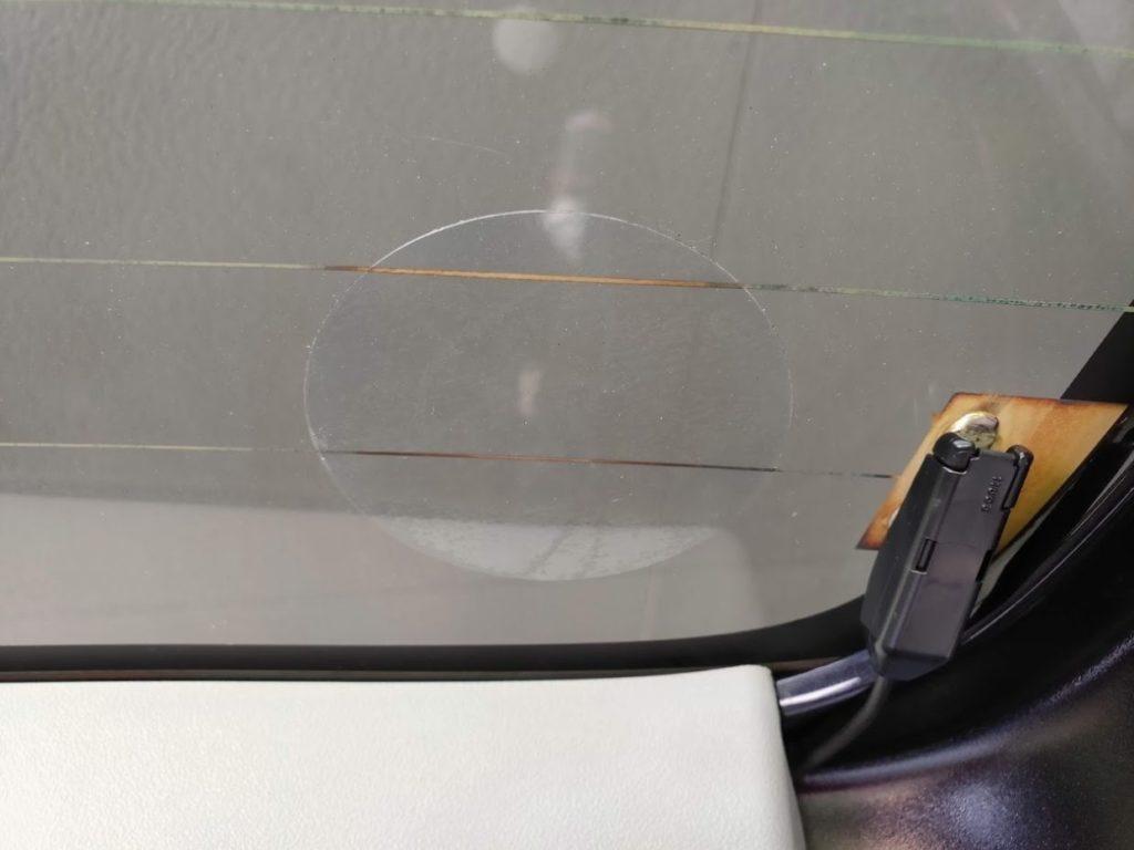 ダイソー吸盤補助板をガラスに貼る