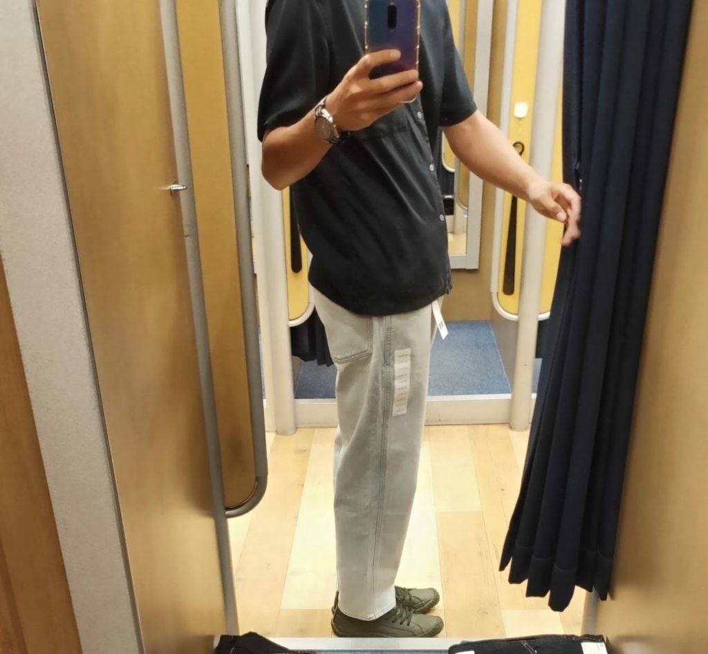 ユニクロUワイドフィットテーパードジーンズライトブルー靴をはいて右
