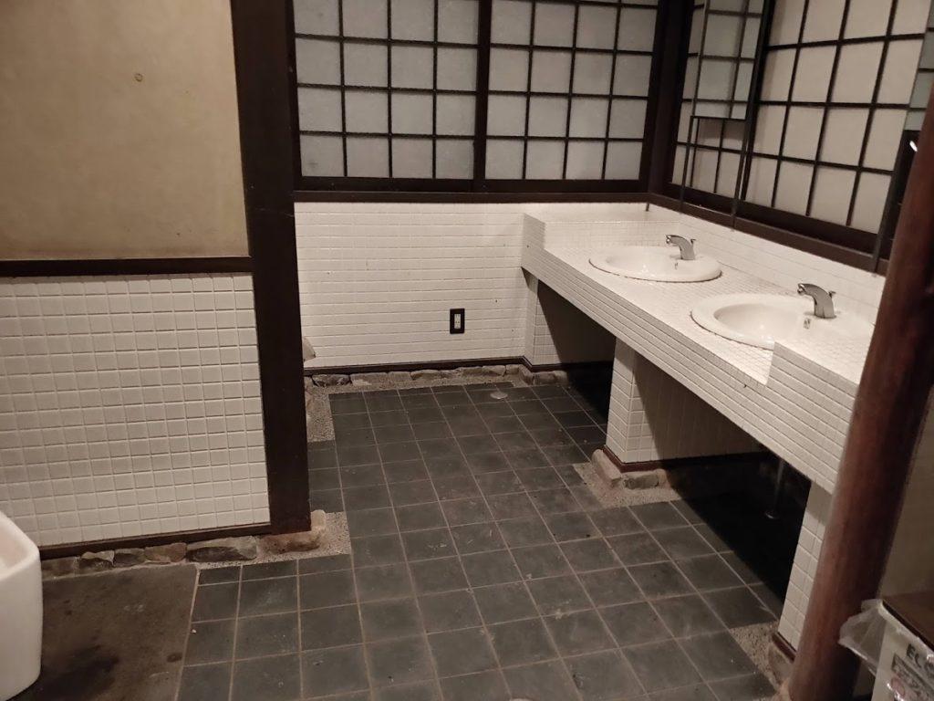 奥の湯公園キャンプ場のトイレ