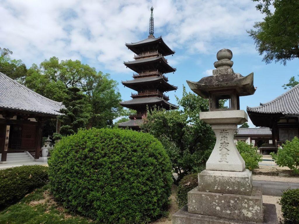 70番本山寺の五重塔と境内