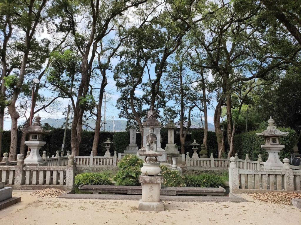 70番本山寺の地蔵と池