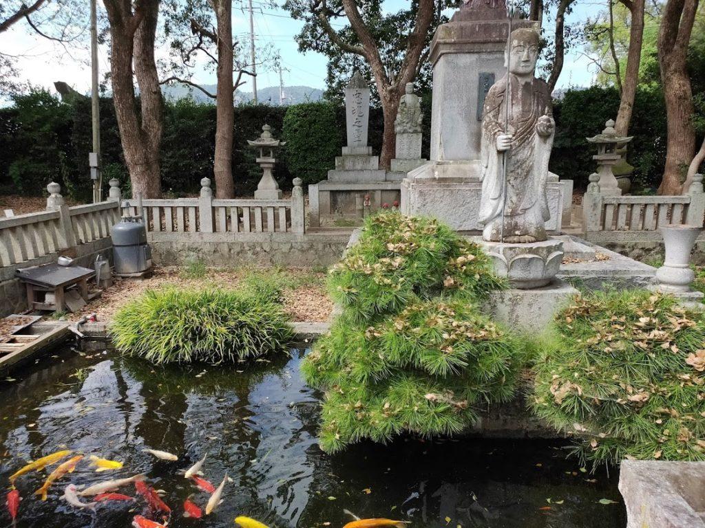 70番本山寺の地蔵と池と鯉