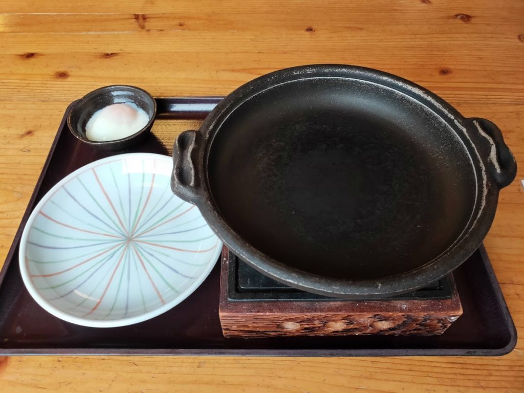 蒜山手打ちうどんやす坊の蒜山焼きそば鉄板を温める