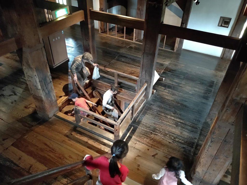 松江城の下る階段