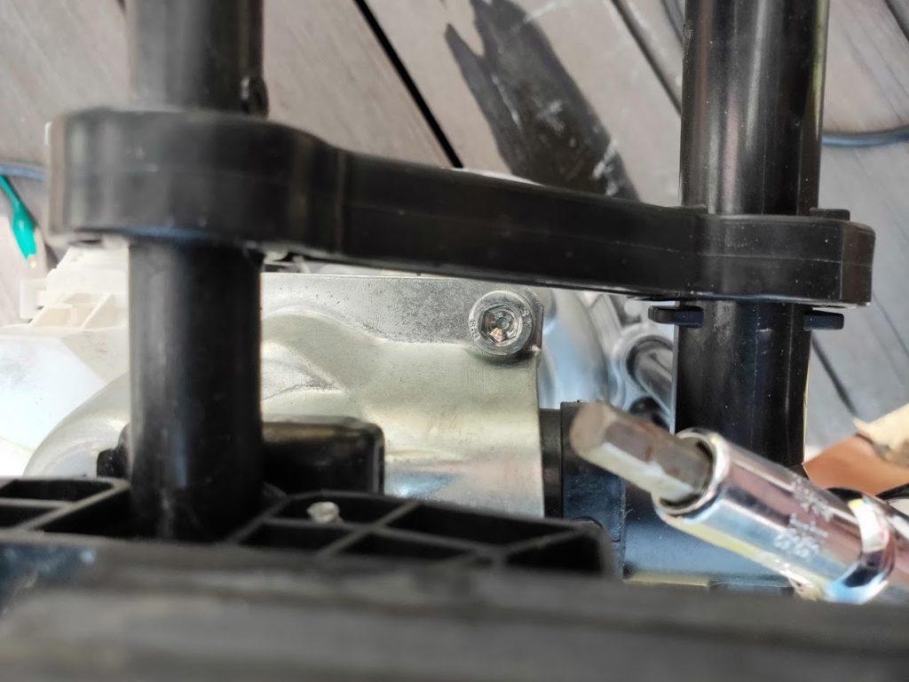 ケルヒャーK.2900サイレントの大きなネジを除去