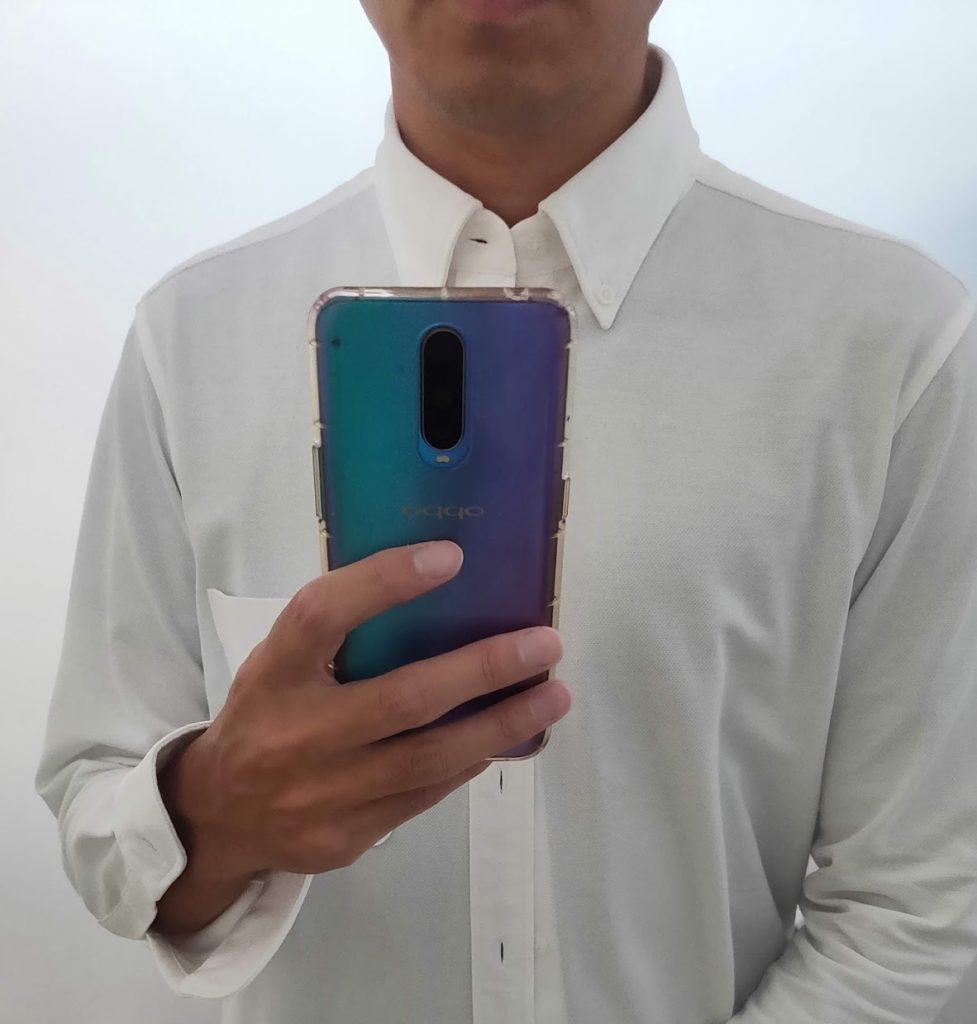 白シャツの下にネイビーのTシャツ1