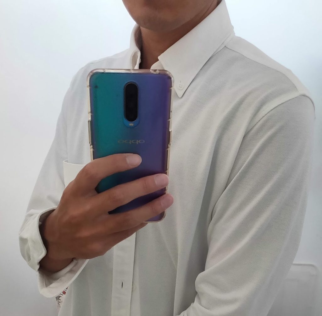 白シャツの下にネイビーのTシャツ2