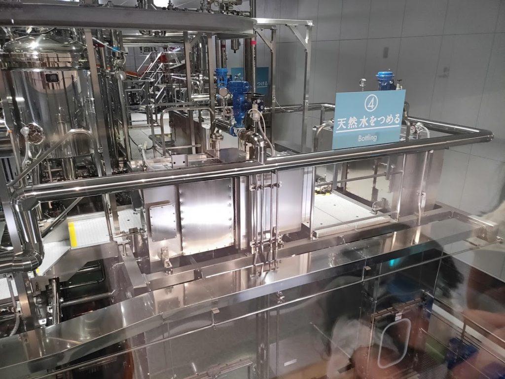 サントリー工場見学のボトルに水をつめる