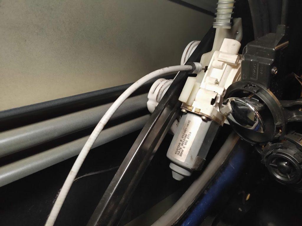 BMWMINIのウィンドウモーターを外す