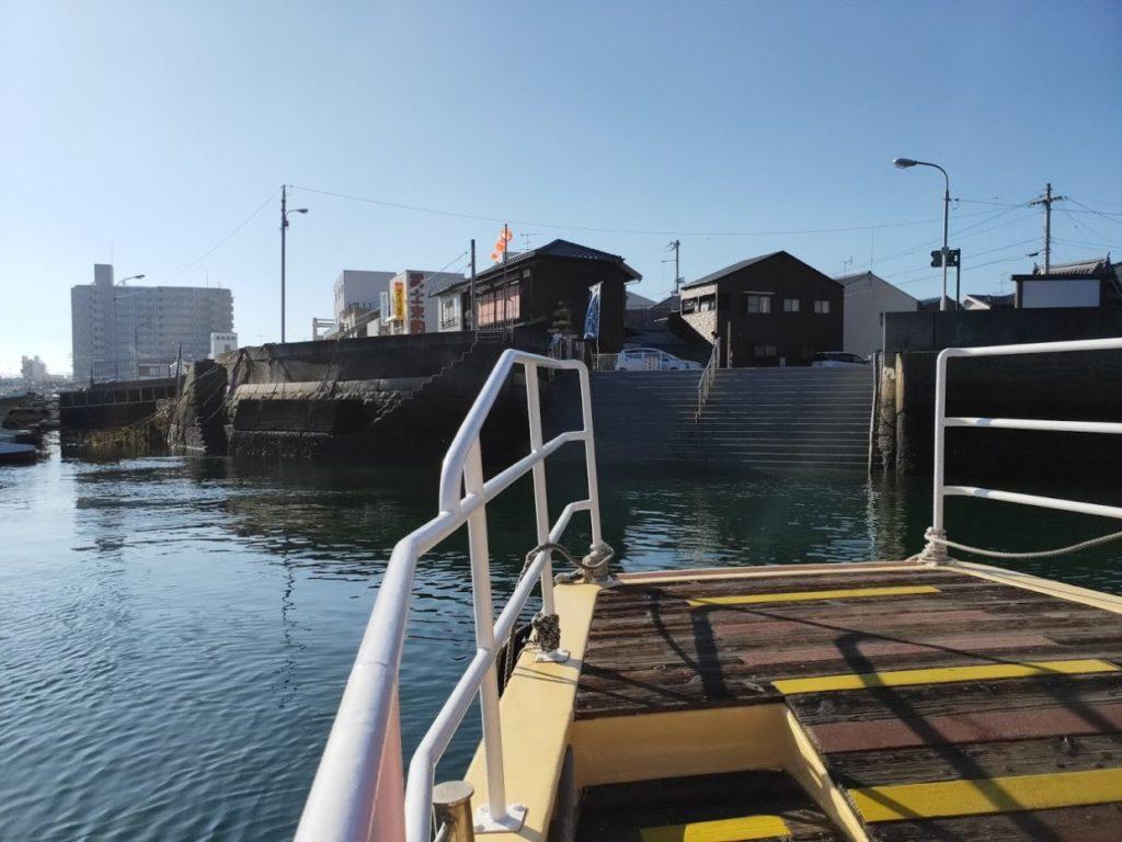 愛媛県三津の渡しの船が対岸へ向かう