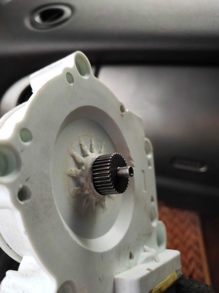 BMWMINIのウィンドウモーターが削れている