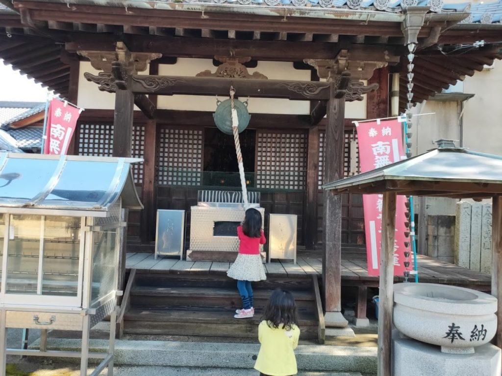 53番円明寺で鐘を打つ子ども