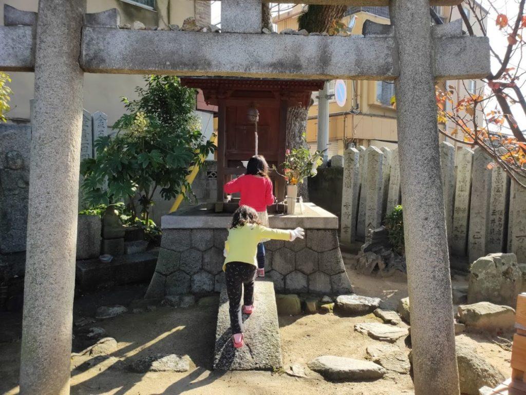 53番円明寺で遊ぶ子ども