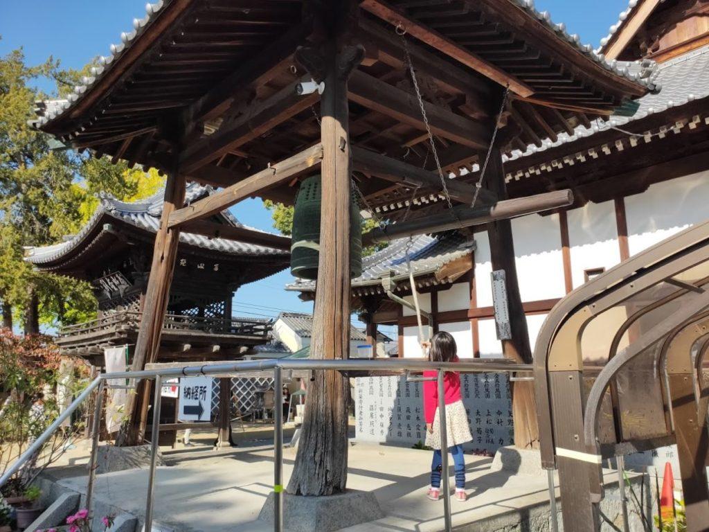 53番円明寺で大きな鐘を打つ子ども