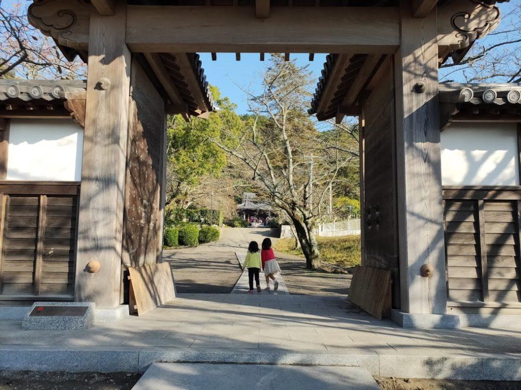 50番繁多寺の山門と子ども