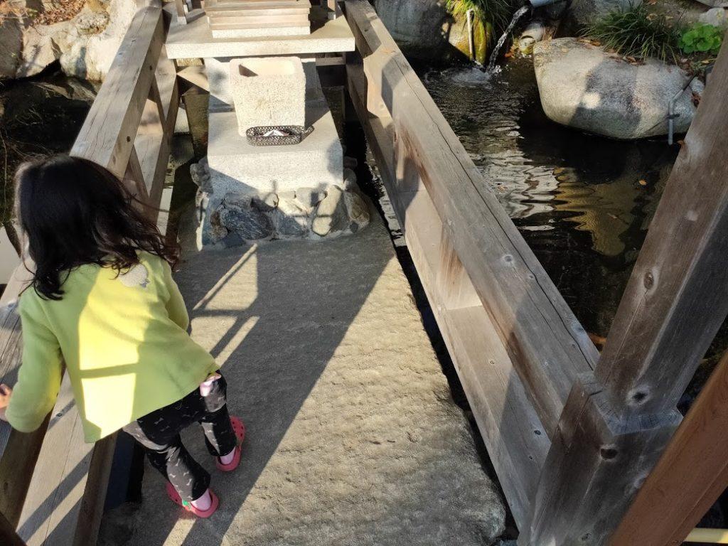 50番繁多寺の子どもと池