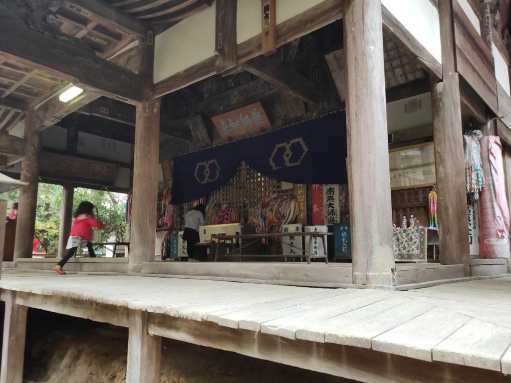46番浄瑠璃寺の本堂と子どもたち
