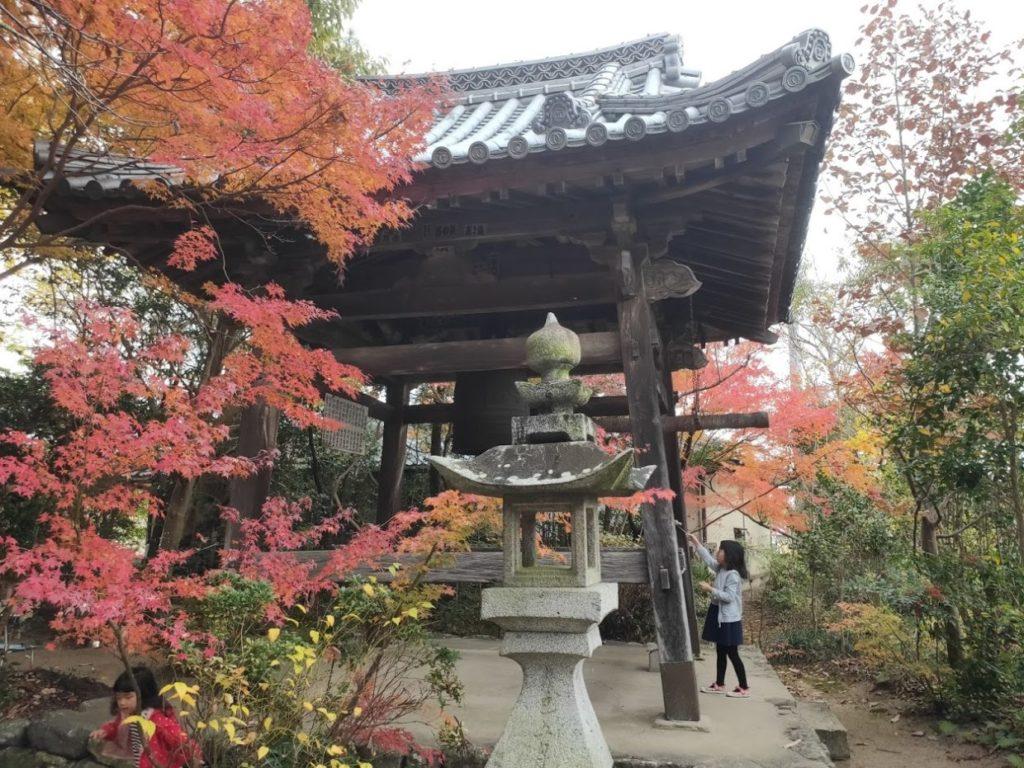 46番浄瑠璃寺の鐘楼と子ども