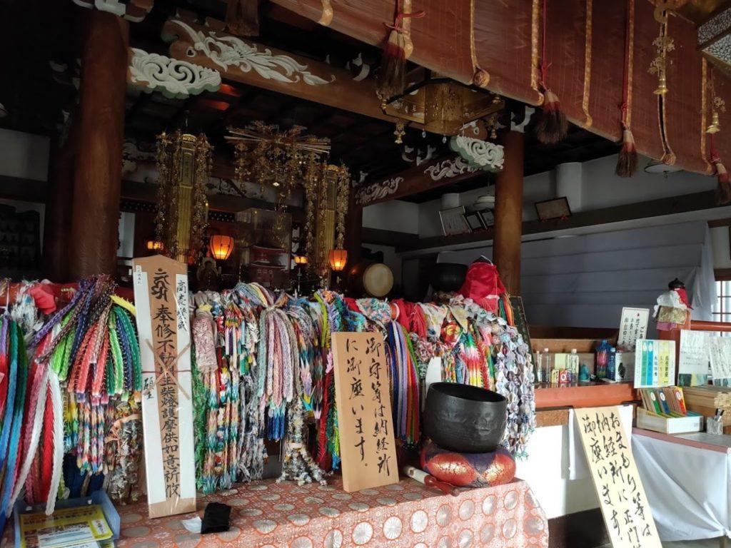47番八坂寺の本堂内部の様子