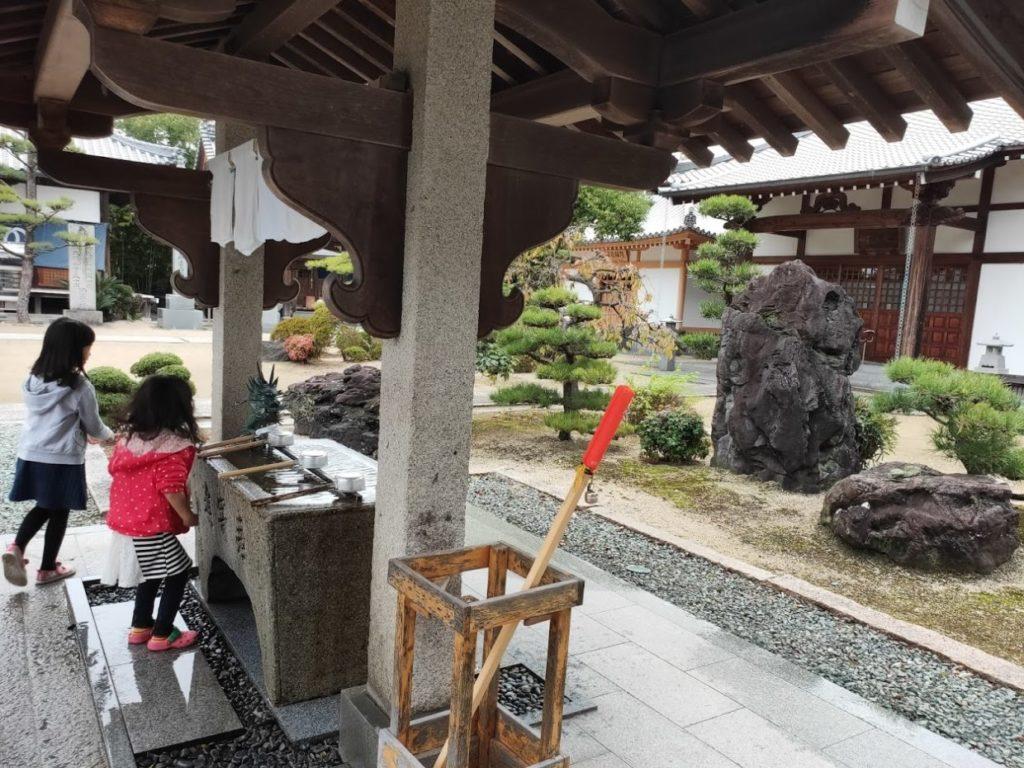 48番西林寺の手水舎と子ども