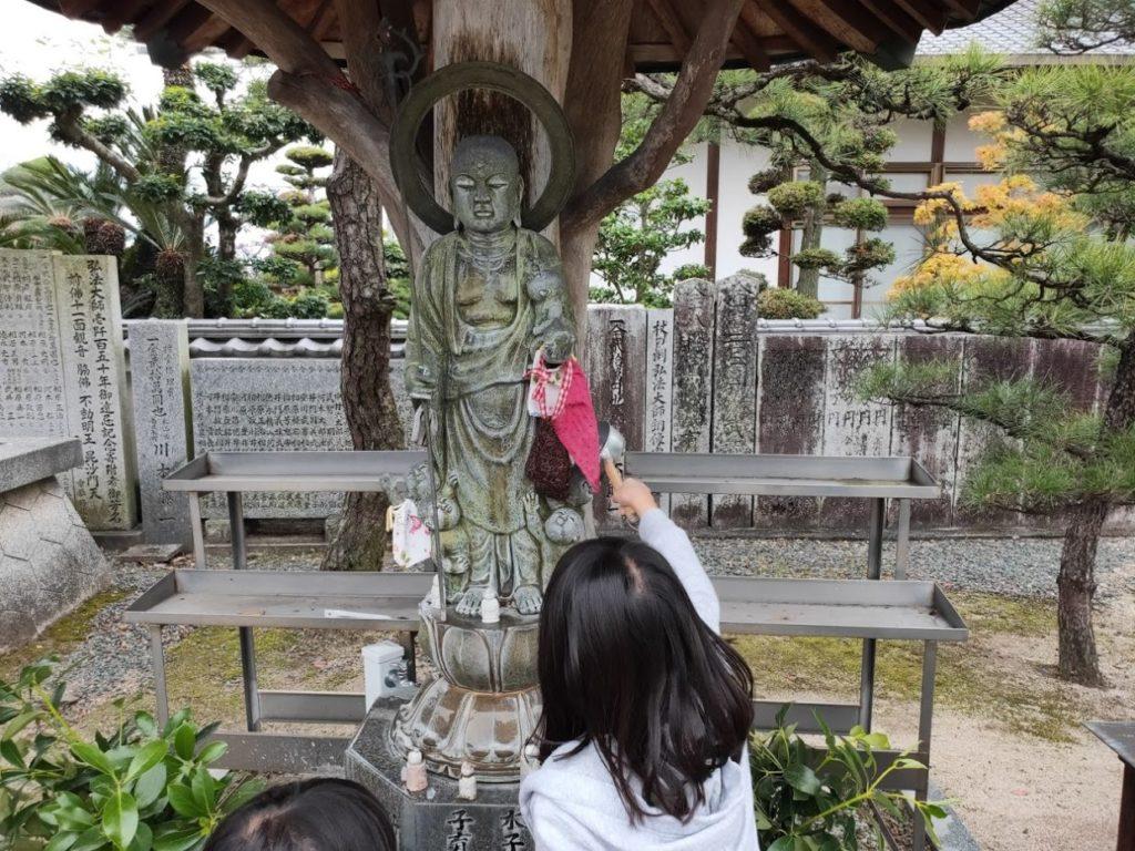 48番西林寺の水子地蔵と子ども