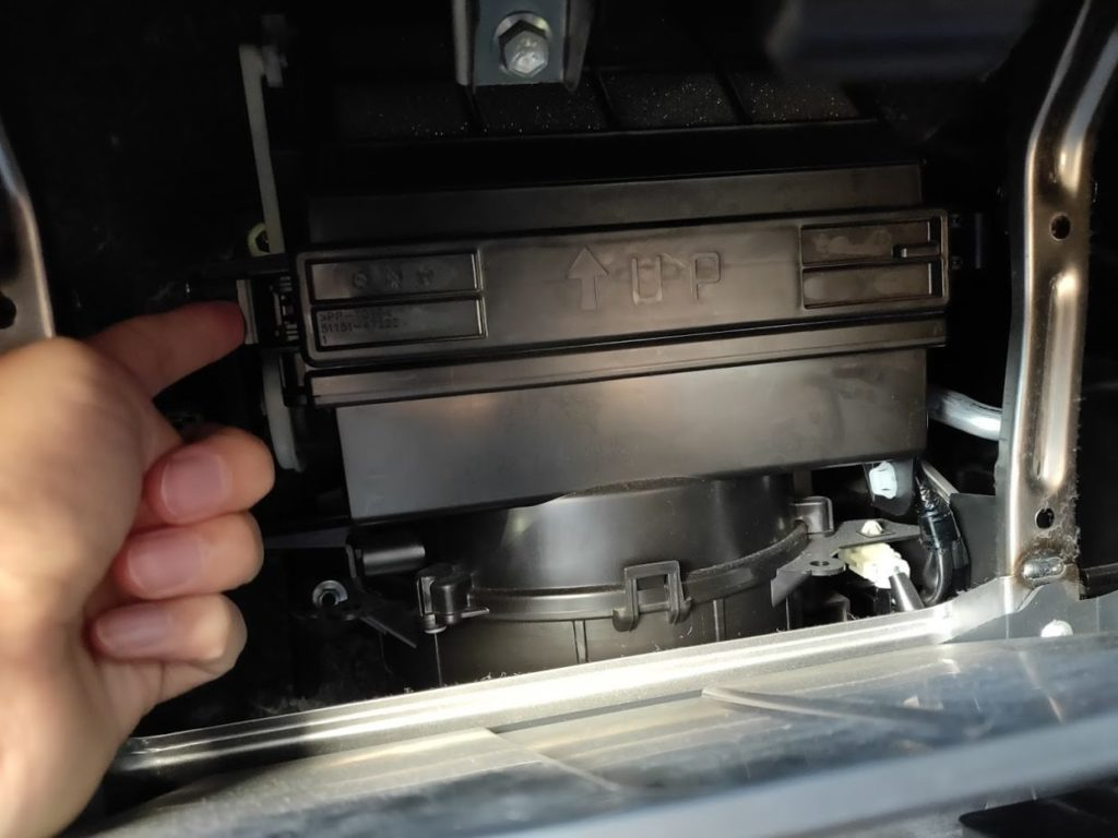 ラパンのエアコンフィルターボックスを開ける