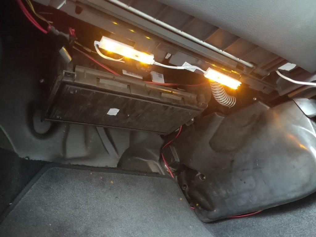 BMWMINIR53のエアコンフィルターの収納ボックス