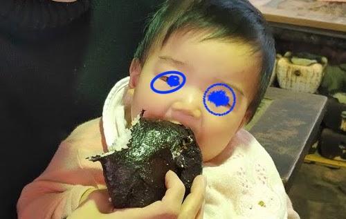 いろり山賊赤ちゃんがむすびを食べる