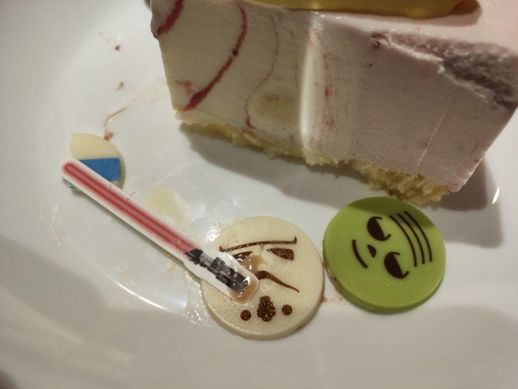 サーティーワンスターウォーズケーキのR2-D2カット