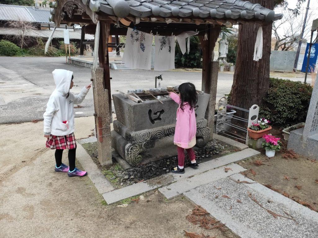 54番延命寺の手水場で遊ぶ