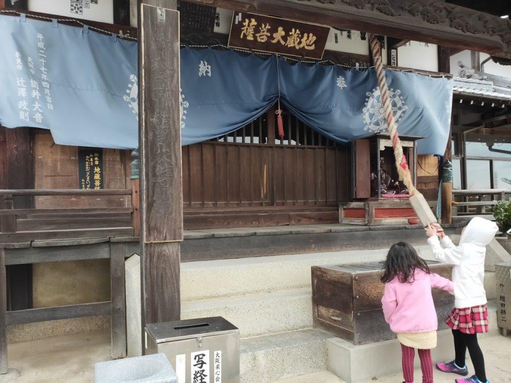 56番泰山寺の本堂と子どもたち