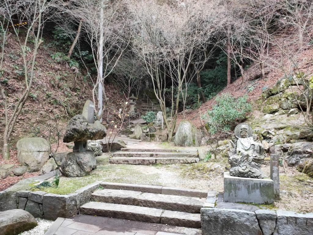 58番仙遊寺の山門から寺に行く道