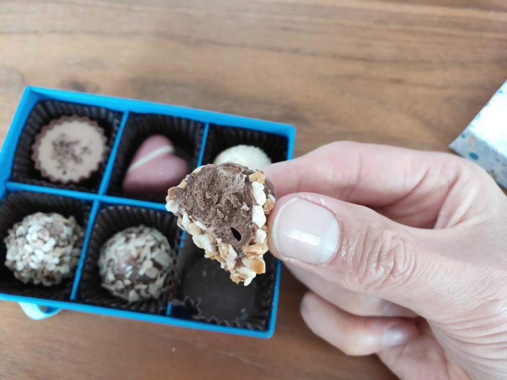 ラムールのチョコのナッツを食べる