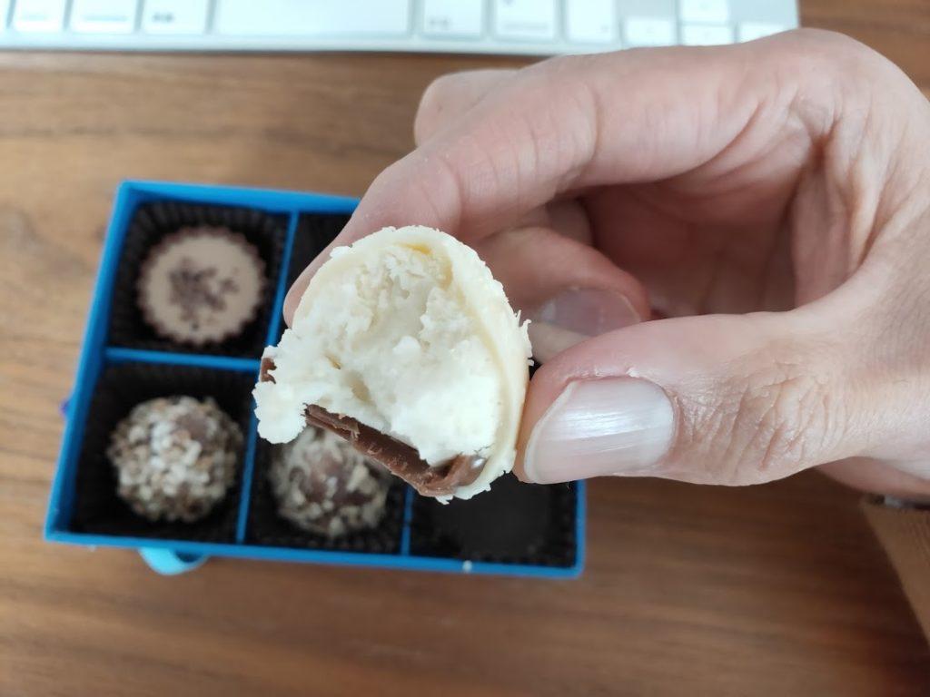 ラムールのチョコのホワイトボールを食べる