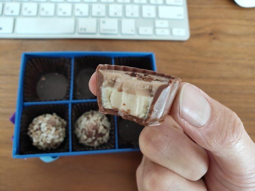 ラムールのチョコのカップチョコを食べる