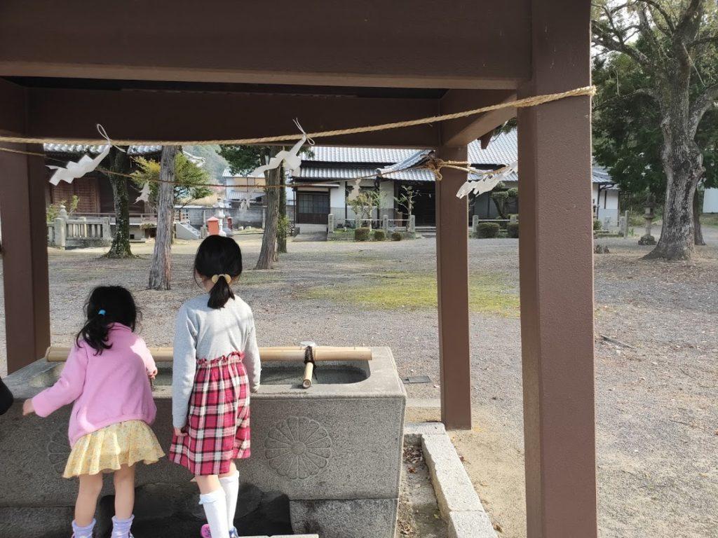 79番天皇寺の子どもと手水場