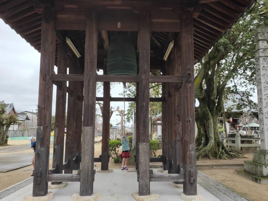 76番金倉寺で鐘を鳴らす子ども