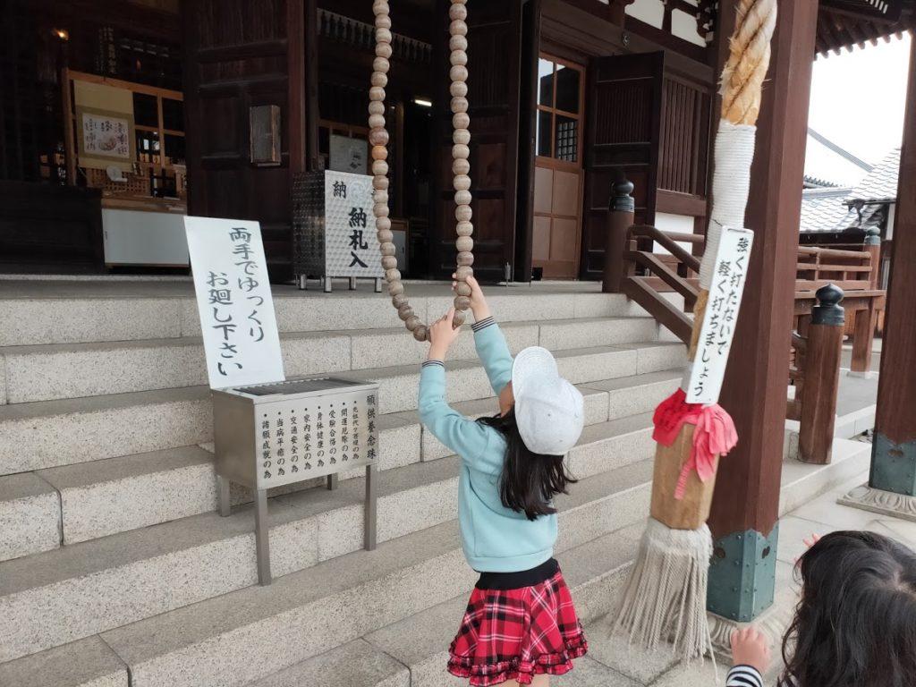 76番金倉寺で遊ぶ子供