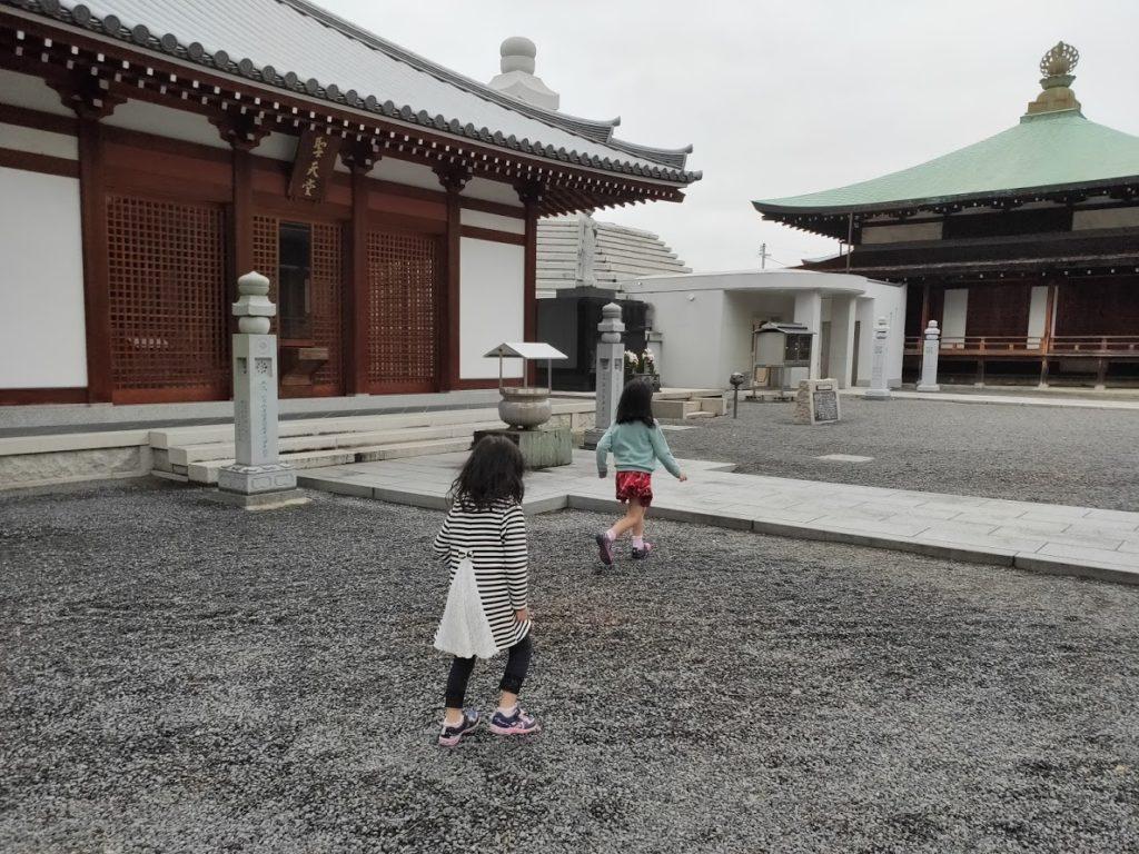 75番善通寺で子どもが砂利遊び