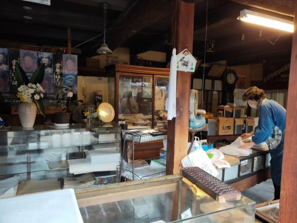 熊岡菓子店の店の内側