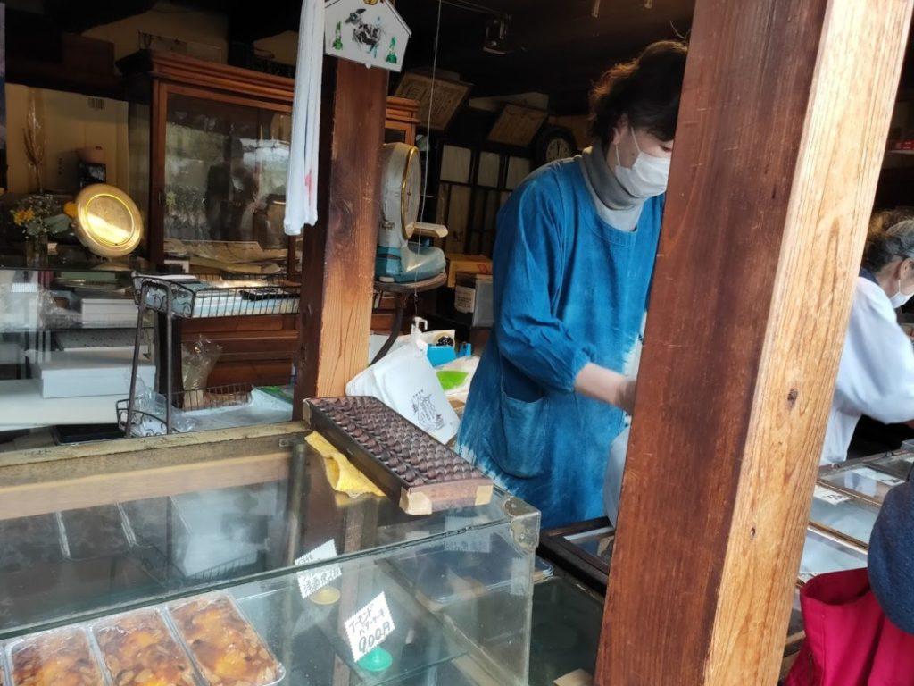 熊岡菓子店の店員