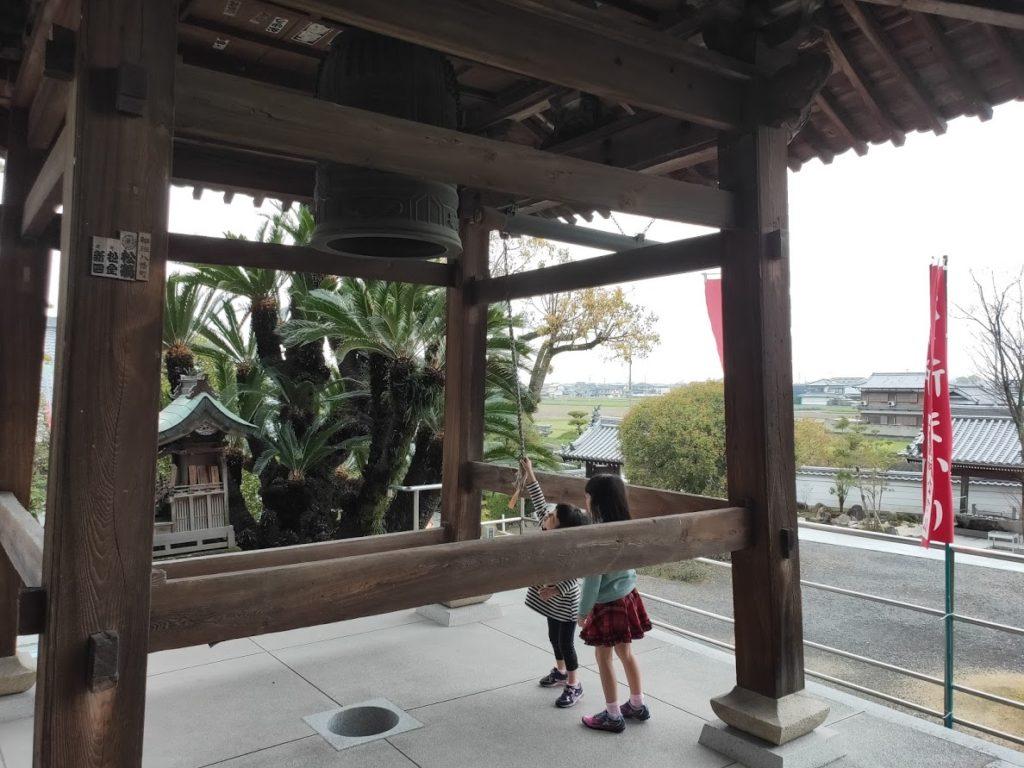 74番甲山寺の子どもと鐘楼