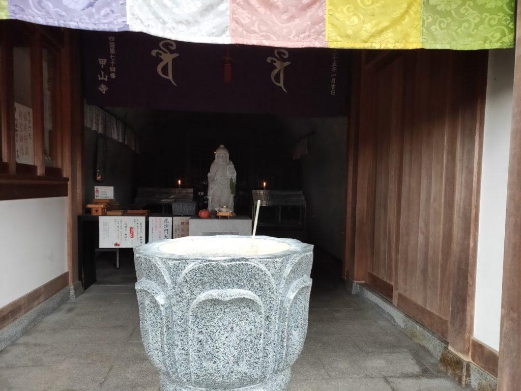 74番甲山寺の毘沙門天の中