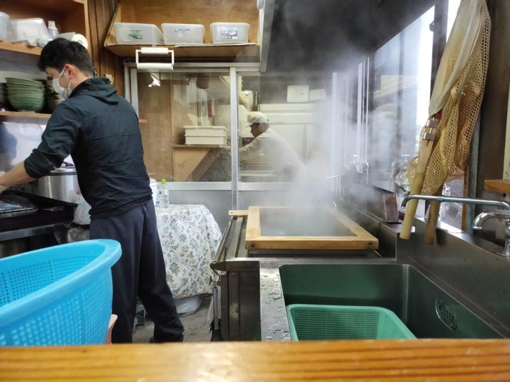 元祖鳥越製麺所の麺調理