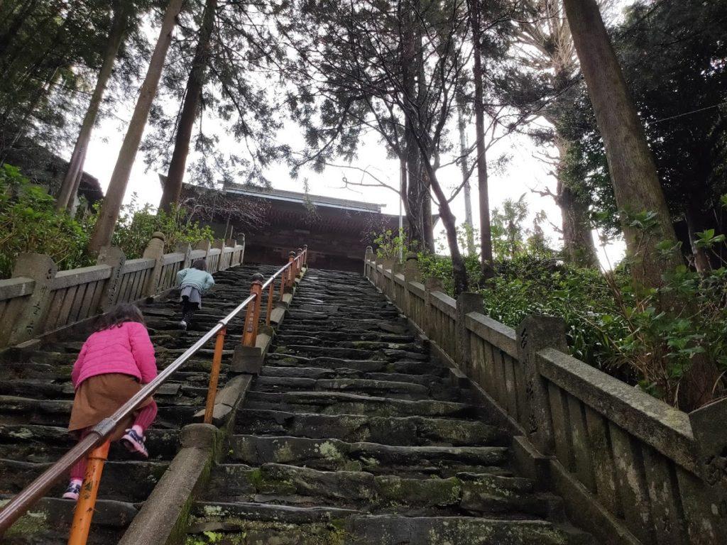 65番三角寺の階段を上がる子ども