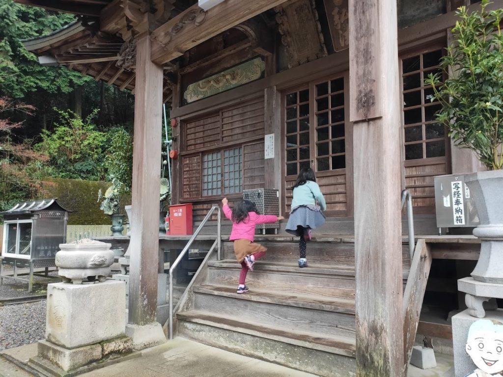 65番三角寺の大師堂と子ども達