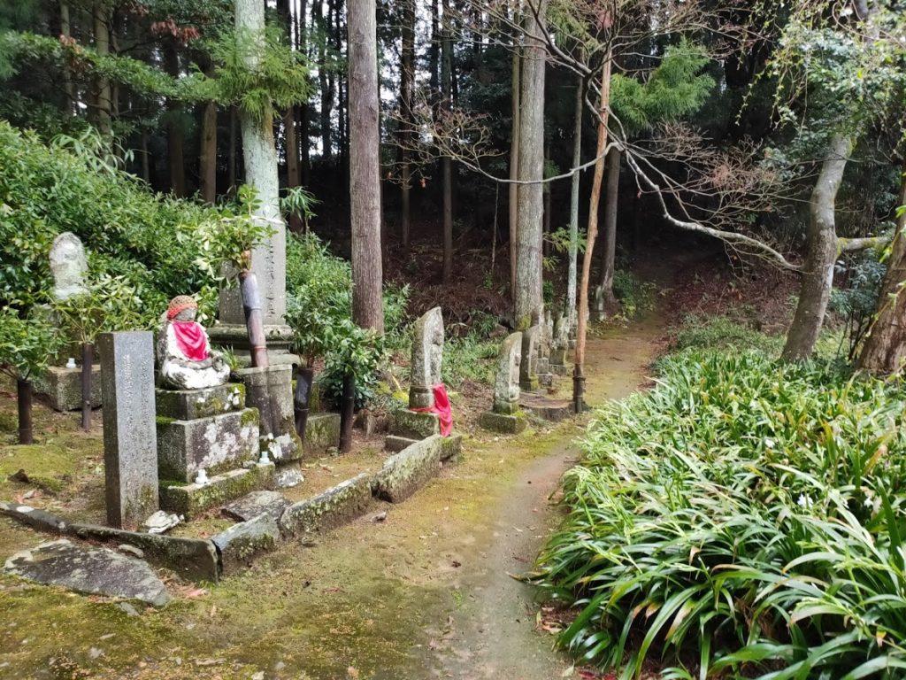 65番三角寺の山へと続く道