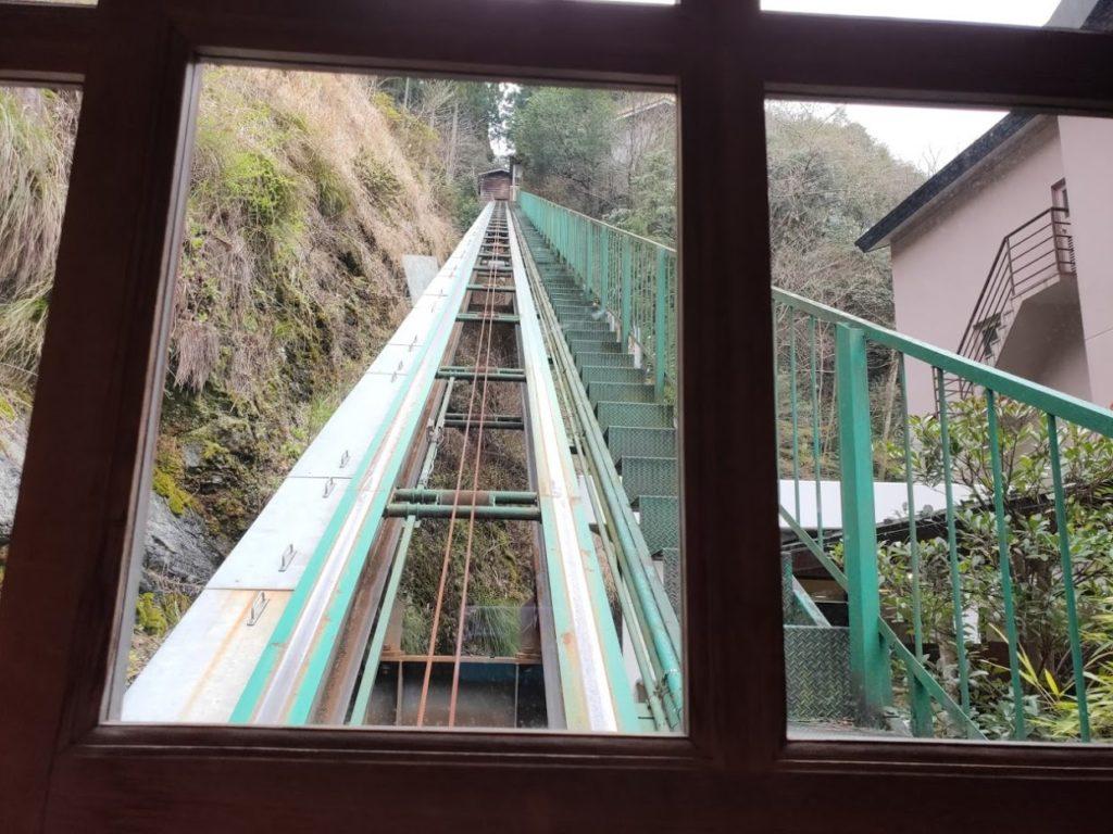 新祖谷温泉ホテルかずら橋のケーブルカーで上がる