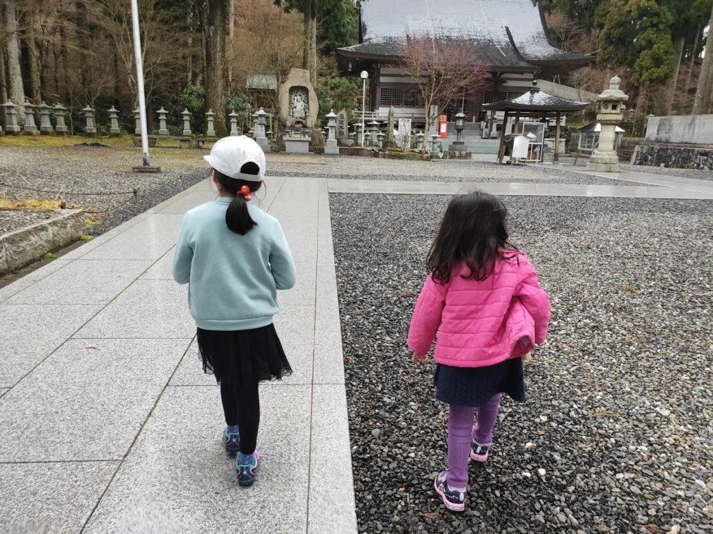 66番雲辺寺を歩く子供